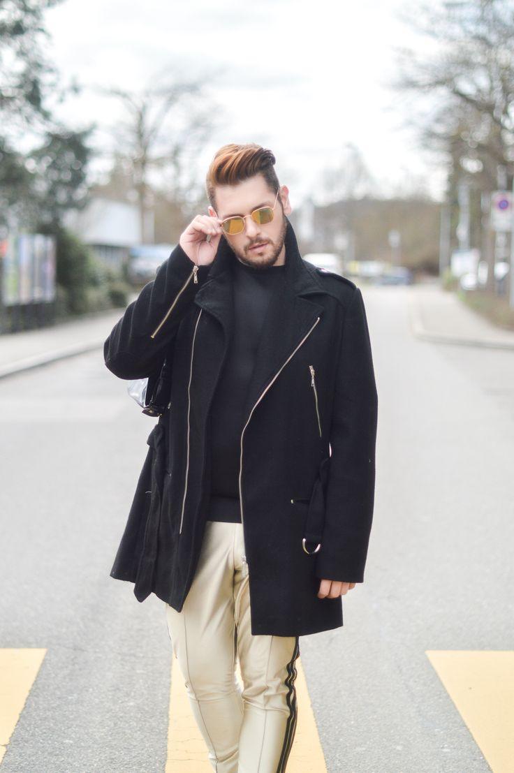 Inspiração de street look masculino de inverno com calça Adidas dourada, blusa preta e jaqueta
