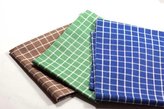 3 asciugamani da cucina in lino e cotone realizzati a mano in tessuto jaquard fantasia a quadri blu, verde e marrone, orlatura lineare.   ALTEZZA 80 cm  LARGHEZZA 65 cm  LAVABILE in lavatrice a 30°, primo lavaggio a freddo.   È possibile richiedere un ordine personalizzato all'interno del mio negozio Etsy.