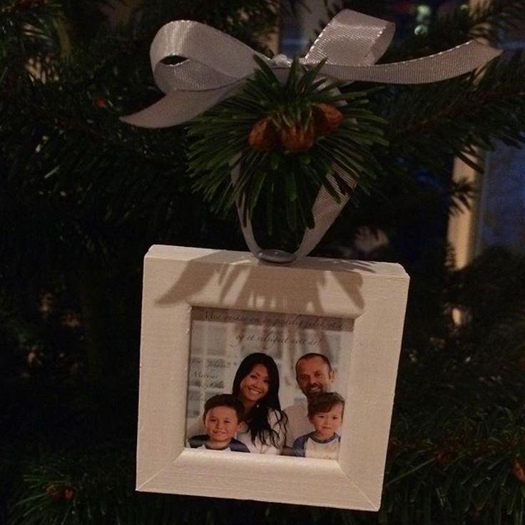 Hjemmelaget juletrepynt med gamle julekortbilder. Rammene er kjøpt på Søstrene Grene, og malt hvite. Sløyfen er festet med tegnestift.