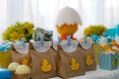 [Chá de bebê] Os saquinhos, decorados com patinhos de papel, foram recheados com guloseimas para os convidados da festa levarem para casa