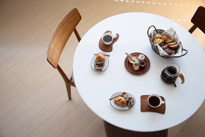 互いが調和しつつも、その一つ一つが美しい存在感を放つカップやコーヒー器具、こだわりのインテリア…。cafenomaの世界に登場する様々なアイテムは、奥様の弓庭さんによるセレクトが多いそう。弓庭さんのシンプルで美しいもの選びのセンス、そして素敵な雑貨のコーディネートも世界中のフォロワーを魅了しています。
