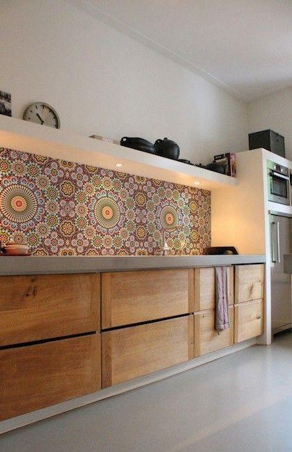 Oosterse sferen in prachtige heldere kleuren met een Marokkaanse mozaïc look, dat fleurt elke keuken op! In een handomdraai een compleet nieuwe look voor je keuken? Op zoek naar een originele spatwand? Met dit behangpapier speciaal ontwikkeld voor in de keuken is het heel eenvoudig! Dit behang voor achter het aanrecht is een onbreekbaar pvc behang met ecolabel UV bestendige print. Het is waterbestendig en brandwerend (B1 en M2 brandcertificering) dus ook geschikt voor achter een gootsteen…