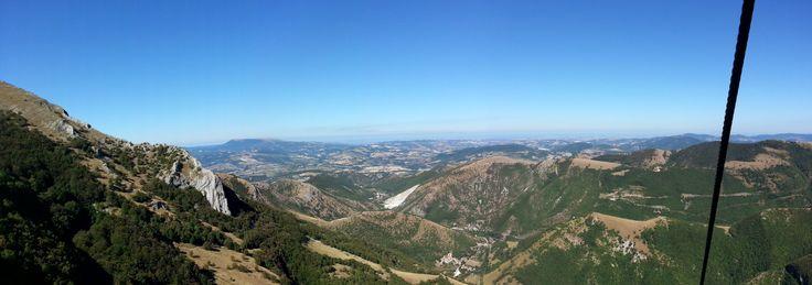 Blick  vom Berg Catria bis zur Adria. Ein schöner Ausflug vom Casa Valrea Ferienhaus am Fluss in Italien. Lust auf schöne Ferienwohnungen? www.casavalrea.de