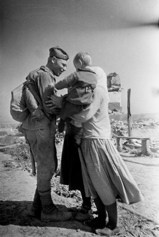 Встреча советского солдата с родными в своем селе [5]