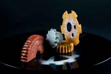 Los engranajes: helado de pera y vainilla, ganache de chocolate con leche, crema de chocolate y crujiente de caramelo …y brioche de canela y haba Tonka