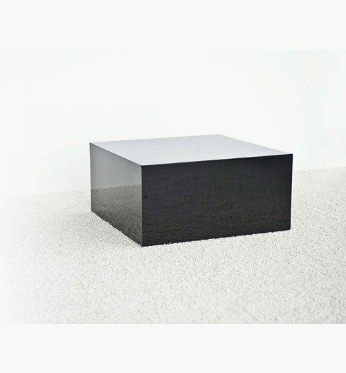 Q-Table lampbord i svart higloss. Lampbordet är den minste storleken av dem alla i Q-serien. Q-table är tänk att vara till för vardagsrummet som t.ex. ett sidobord eller i sovrummet som t.ex. nattduksbord. Tanken med bordet är att det ska vara minimalistiskt d.vs. så pass litet att det får plats över allt.  Bordet är även utrustat med hjul för att lättare kunna flytta på bordet.  #azdesign #lampbord #bord #svart
