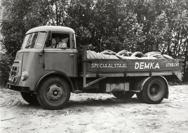 Afbeelding van een DAF vrachtauto op het terrein van de fabriek van de N.V. Nederlandse Staalfabrieken DEMKA voorheen J.M. de Muinck Keizer (Havenweg 7) te Utrecht, geladen voor de eerste verzending van roestvrij stalen lasdraad naar Philips. 1958-1968