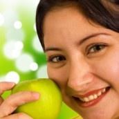 Hábitos alimenticios saludables. Para sentirse bien, es importante adquirir y mantener unos hábitos alimenticios saludables como, por ejemplo, hacer al menos 5 comidas al día.