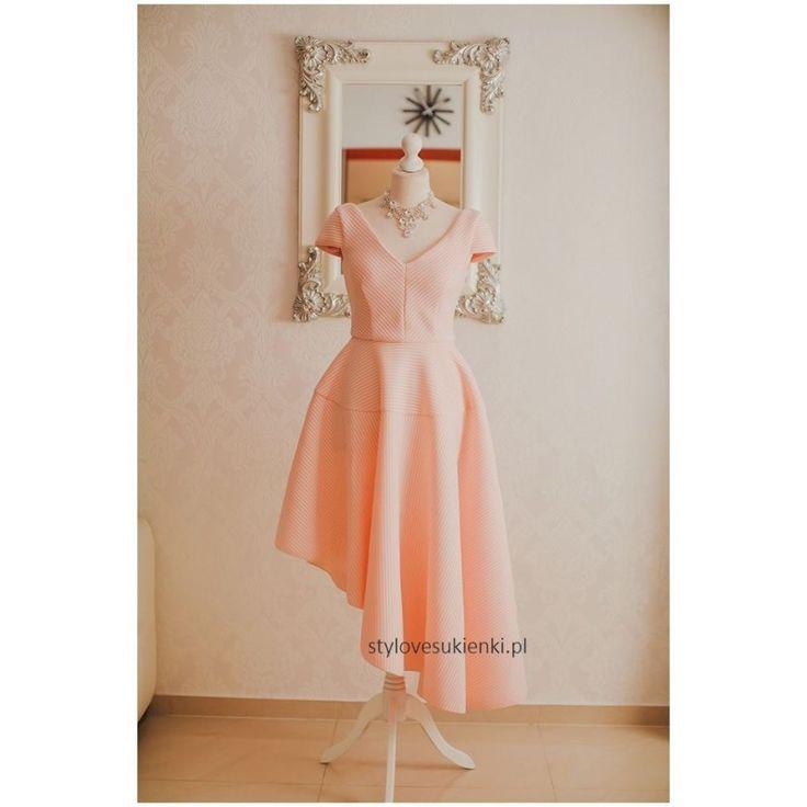 Unikatowa sukienka o przepięknym rozkloszowanym fasonie. Sukienka na wesele i inne wyjątkowe okazje. Mięsisty, neoprenowy materiał pięknie układa się w ruchu.