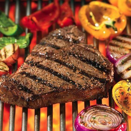 El Grill Mates® Montreal Steak Seasoning (sazonador para bistec estilo Montreal) combinado con vinagre balsamico y mostaza molida le dara vida a cualquier bistec.