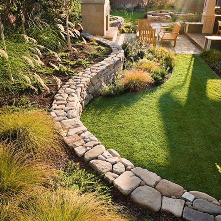 Schicker Mediterraner Garten mit toller Steinabgrenzung