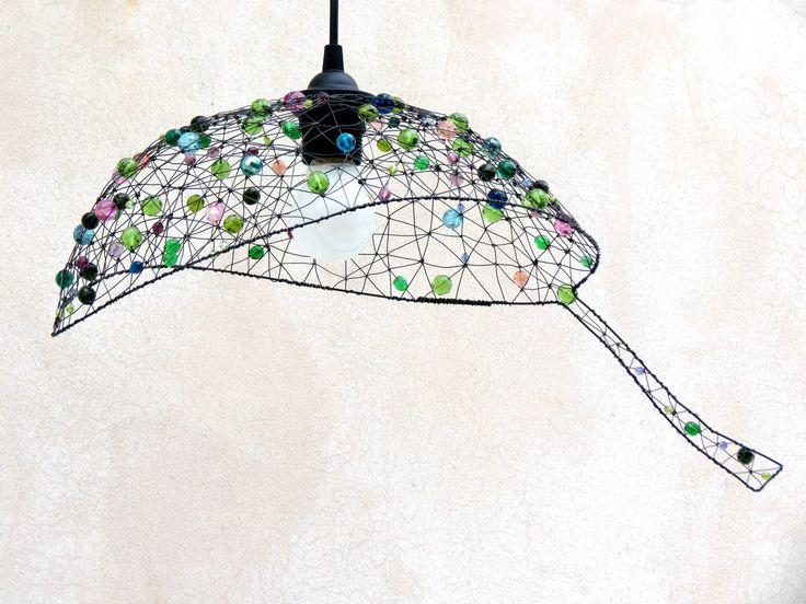 List. Drátované stínidlo.   Šperk pro váš domov. S tímto lustrem ozvláštníte každý prostor. Stínidlo má tvar listu. Je lehce nepravidelné, tvarované z ruky. Vyrobila jsem ho ze železného drátu a zářivých skleněných broušených perlí. Použité barvy: trávově zelená, smaragdová, fialová, lila, tyrkysová, modrá, meruňková. Rozsvícené světlo vytváří večer ...