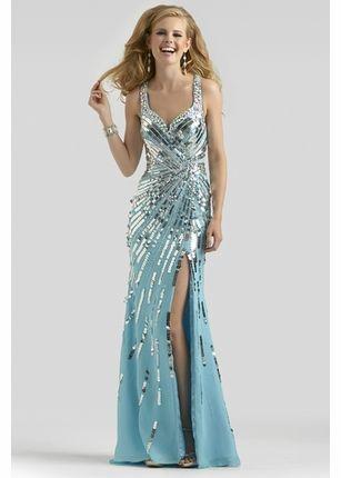 Elegantní třpytivé šaty jsou na noblesní ples velmi vhodné. Ve večerním osvětlení nádherně vyniknou. Šaty mohou mít i rozparek, kousek nad koleno je ovšem maximum.