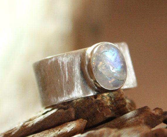 Silberring mit Mondstein handgefertigter Bandring aus Silber mit Edelstein blauer Schimmer