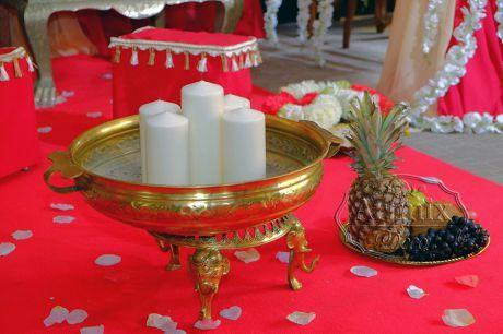 Золотые аксессуары для декорации свадебного зала