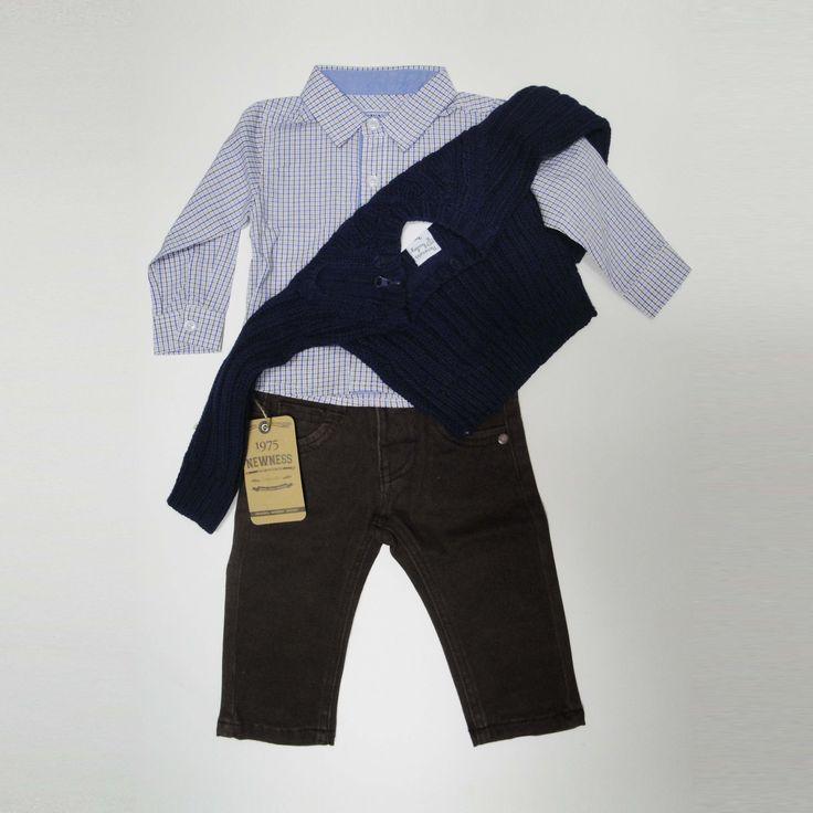 """Hoy vestimos a los niños de 3 a 24 meses: pantalones vaqueros marrones de pitillo, camisa de cuadros azul y jersey azul o blanco. Tu bebé estará """"hecho un pincel"""""""