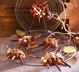 Der Party-Nachtisch / Party-Snack für eure nächste Halloween Party. Mikado Cookie-Spinnen. Eine sehr gute Idee, die auf www.lecker.de gefunden haben.    Bleibt original! Euer Mikado Team