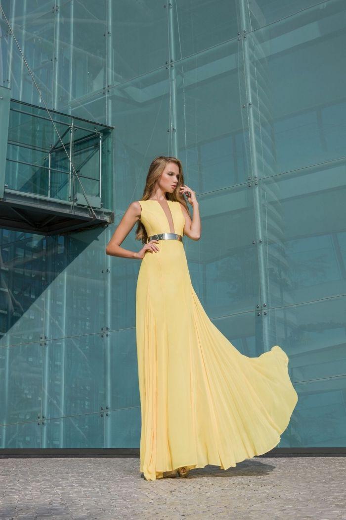 jeune femme avec robe de cocktail pour mariage longue de nuance jaune pâle  avec ceinture métallique caf7dbee8a19
