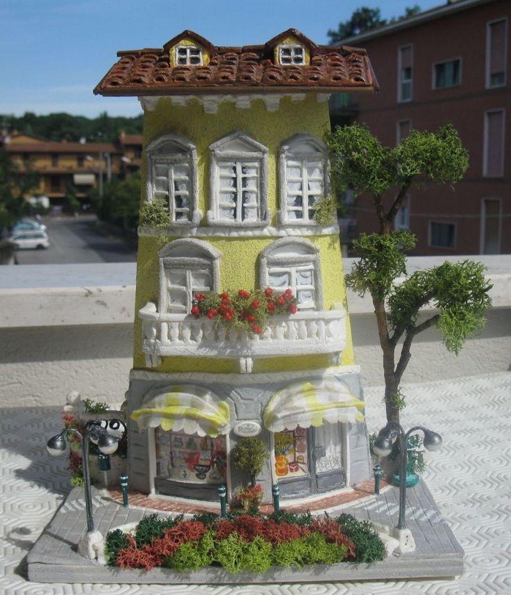 Antico palazzo con negozi. Paola Verderio