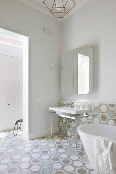 Precioso pavimento cerámico con hexágonos regulares + Lámpara de estructura alámbrica... • Bathroom at St Kilda East House by Clare Cousins Architects