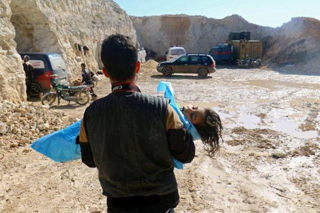 Syarat aneh Assad untuk penyelidikan internasional  Seorang pria membawa mayat anak kecil yang diduga meninggal akibat serangan gas beracun di kota Khan Sheikhoun Idlib Suriah (4/4/2017. REUTERS)  Rezim Assad pada Kamis (6/4) membuat persyaratan aneh terkait tuntutan penyelidikan internasional atas serangan kimia yang menewaskan lebih dari 80 sipil di Khan Syaikhun Idlib. Menteri Luar Negeri Walid al-Moualem mengklaim pemerintahnya tidak berada di balik serangan brutal di Khan Syeikhun…
