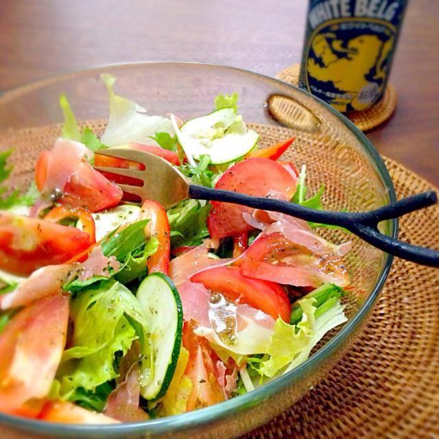 ドレッシングはハーブ塩、オリーブオイル、バジルソース( ´ ▽ ` )ノ 生野菜をバリバリ食べるとストレス解消(=゚ω゚)ノ - 67件のもぐもぐ - ハモンセラーノとズッキーニ、レタス・トマト・水菜の盛りもりサラダ(=゚ω゚)ノ by naw0kos