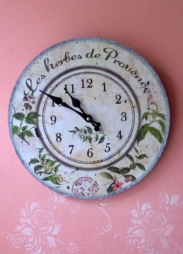 Wer einen echten Hingucker an der Wand möchte, der sollte sich unbedingt diese schöne Uhr im Shabby-Chic, Vintage-Style aussuchen. Dekorative, nostalgische Uhr im Landhausstil... Die Zeiger und...