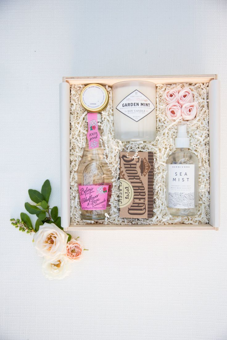 wedding welcome box gift whitney bischoff wedding the bachelor | Photography: Carly Michelle