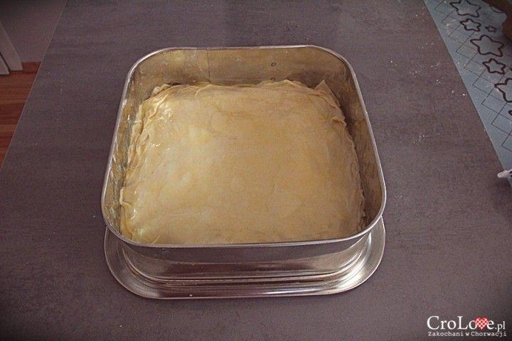 Warstwy ciasta układamy jedną na drugą, nakładając pomiędzy warstwę roztopionego masła || http://crolove.pl/przepis-na-burek-z-miesem/ || #burek #food #foodporn #croatia #chorwacja #kroatien #hrvatska