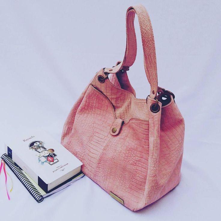 Cuero gamuzado rosa herrajes bronce.  Asomate a la tienda http://ift.tt/2er7fAW  #leatherbags #lumiere #modafemenina #itgirlstyle #it #tendencias #accesorios #carteras #verano2017 #instamoda #ideaslook #bags #fashionblogger #fashionbag  #onlineshop