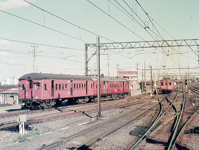 D4007 leading a 2 car set has just left Clyde Yd for Clyde Stn to commence a Carlingford service 06-10-1971