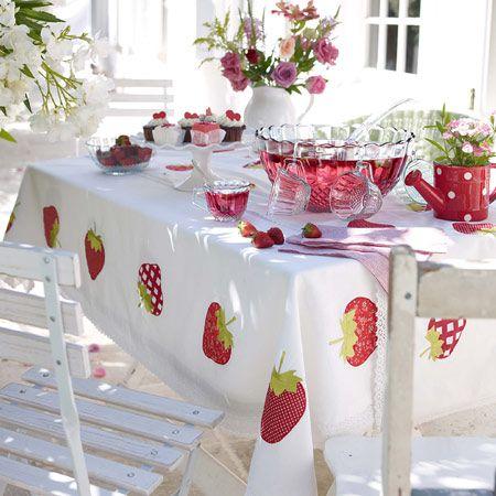 Frische Erdbeeren sind nicht nur auf dem Tisch toll, sondern auch auf der TischDECKE. :)