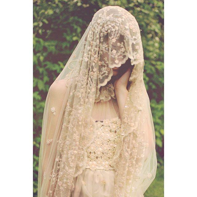 Beautiful delicate embroderied scallop edge veil inspo #bride #embroderiedveil #weddingdress #veil #weddingveil #bohemianbride #vintagebride #vintageveil #scallopedgeveil #vintagewedding