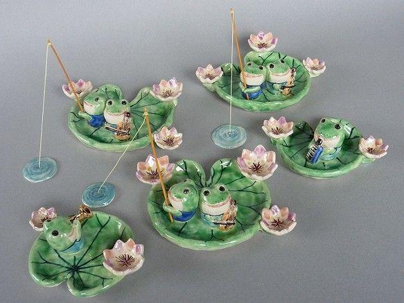 スイレンの葉に乗ったカエルくんたちの合奏(釣りもしてますが)。そうしてオタマジャクシは生まれ育つのかな。陶土・やきもの・てびねり・色は上絵付けです。大きいほう...|ハンドメイド、手作り、手仕事品の通販・販売・購入ならCreema。