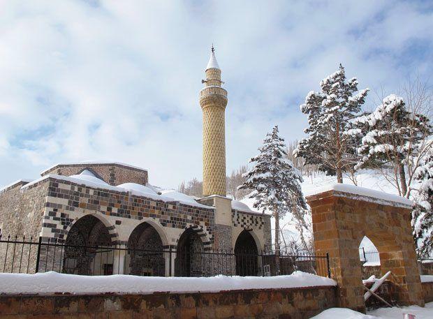 Türklerin Anadolu'ya girişini simgeleyen Malazgirt Meydan Muharebesi'nin yapıldığı Muş, zorlu iklimi ve geçmişiyle dikkat çekiyor. Mutfağında ise küçük sürprizler var.
