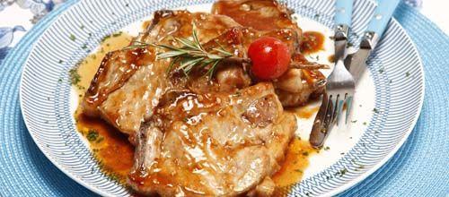 Receita de Costeletas de porco com molho barbecue. Descubra como cozinhar Costeletas de porco com molho barbecue de maneira prática e deliciosa com a Teleculinaria!