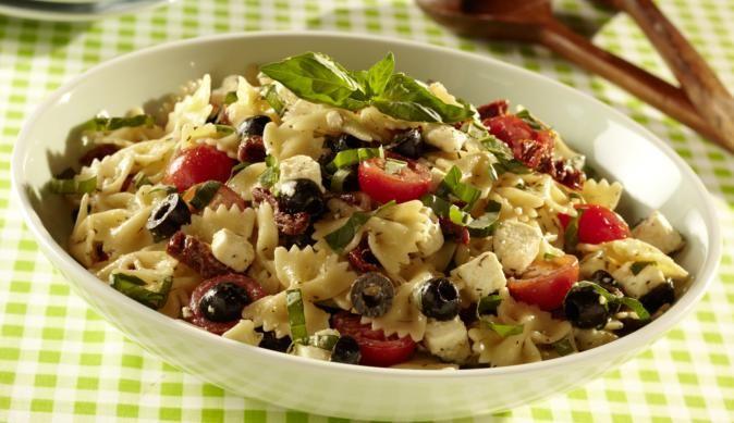 Wunderbar frischer und leckerer Salat dank würzigen getrockneten Tomaten, knackigen Oliven, weichem Schafskäse und saftigen, frischen Tomaten.