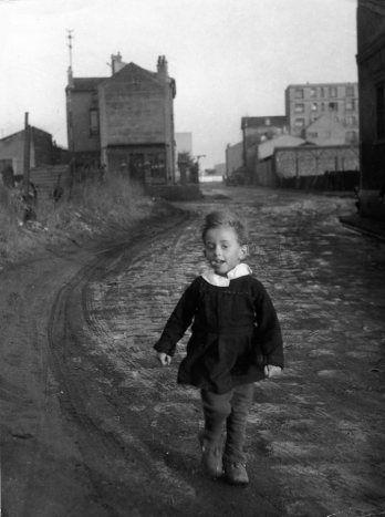 Robert Doisneau -  L'enfant papillon, Saint Denis,  1945