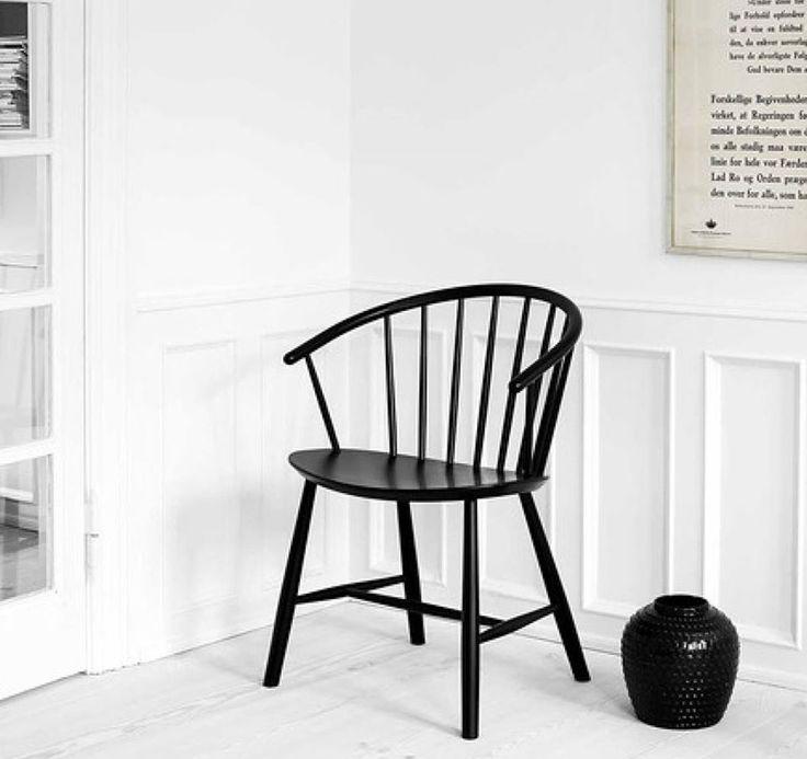 Der J64 Stuhl ist eine Mischung aus klassischen Windsor Elementen und dem skandinavischen Stil. Der gebogene Stuhl mit den geneigten Armen macht sowohl als Stuhl am Esstisch als auch als Sessel in einer gemütlichen Sitzgruppe eine gute Figur. Jetzt entdecken und shoppen: https://sturbock.me/47N