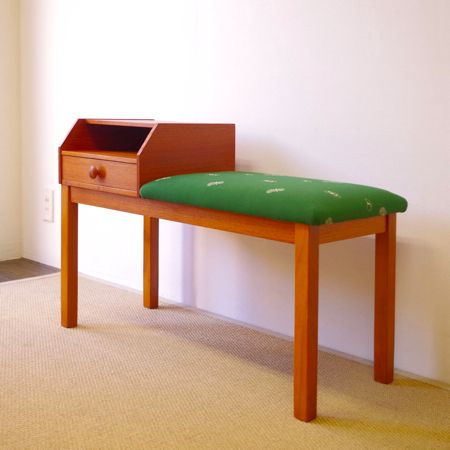 [VINTAGE] mina perhonen テレフォンベンチ ソファ・チェア DK-309 1960年スウェーデン製のテレフォンベンチです。 家具の雰囲気に合わせて、ベンチシート部分はmina perhonenのファブリックにて張り替えを行いました。mina perhonenの作り出す物語性のあるファブリックが家具を引き立て、ほんわかとした雰囲気を醸し出しております。 ベンチの一方には引出し付きテーブルが付いていまして、リビングに置いてベンチとして、玄関先に置いて靴を脱ぎ履きする際のスツールとしてなど、様々なシチュエーションでのご使用が思い浮かびます。元々は台の上に固定電話を置き、横に座って電話をかけていたようですが、時代によって用途を変えていく楽しみもあります。 丁寧な修復を行い、引出し内部の底板も交換済です。極僅かな小キズなどが見られますが、いずれも雰囲気を損ねるものではございません。全体としてとても綺麗な状態です。詳しくは画像にてご確認ください。[VINTAGE] mina perhonen テレフォンベンチ…