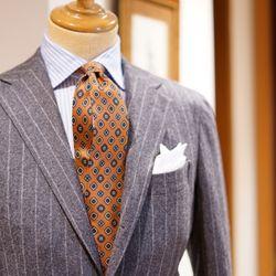 BEAMS F 店内トルソーのVゾーン  グレーフランネルのチョークストライプスーツです。 生地の雰囲気が良く、非常に格好良いです。 が、今回は個人的にネクタイに注目です。 芯地の薄いシルクプリントタイで、少し古い印象を受けますが、逆にそれが新鮮です。  コーディネートも何だか懐かしい印象を受けますが、それがまた逆に新鮮なんです。