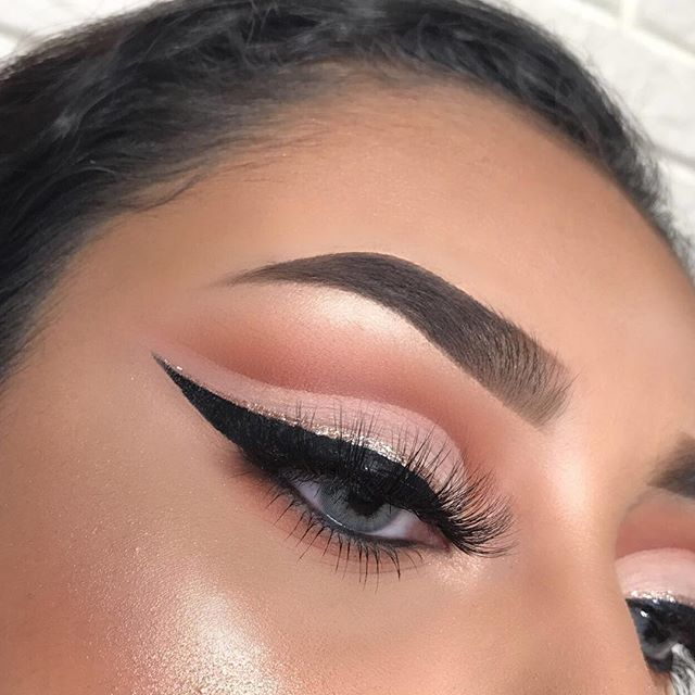 """Dark peachy cut crease   -  -  Details:  @anastasiabeverlyhills dip brow pomade """"medium brown"""" & stick foundation in """"tan""""  @morphebrushes 35OM palette   @nyxcosmetics black matte liner & glam nude liner  @iikonn lashes """"slay"""" you can save money with code """"KELLIN""""  @ttd_eye """"queen grey"""" contacts you can use code """"kellinkardashian"""" for $$ off :) -  -"""