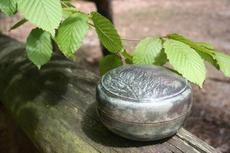 Yes, it' empty inside! :) Wheel thrown lidded box. White clay. Raku glaze. #pottery #wheelthrown #clay  #raku #cerámica #esmalte  #rubibirden