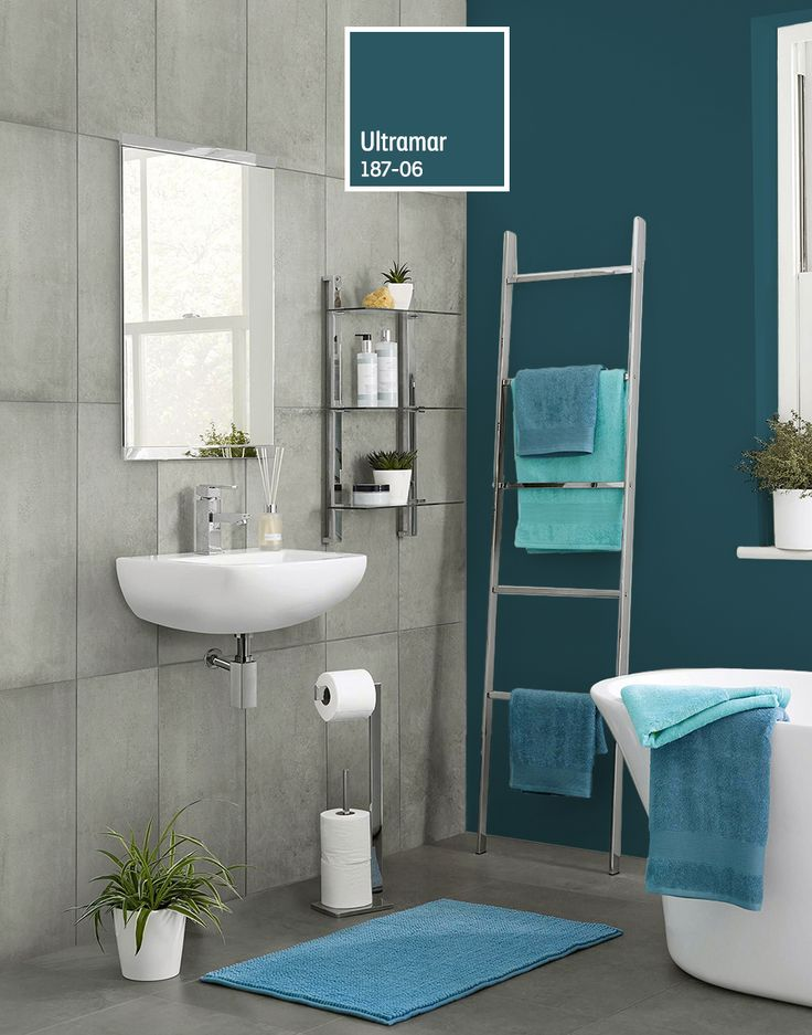 ¡Haz de tu baño el lugar perfecto para relajarte! Contrasta el blanco de tus accesorios con un azul de la familia de los turquesa.