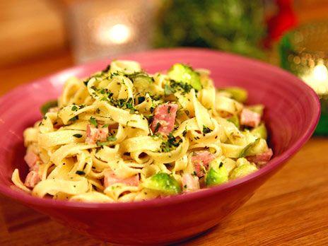 Citrondoftande pasta med julskinka, brysselkål och färska örter. Gott på rester från julbordet!