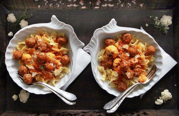 meatballs with parmesan in tomato sauce http://reviczkyblog.com/2013/10/18/permezanos-minigombocos-paradicsosmos-tagliatelle/