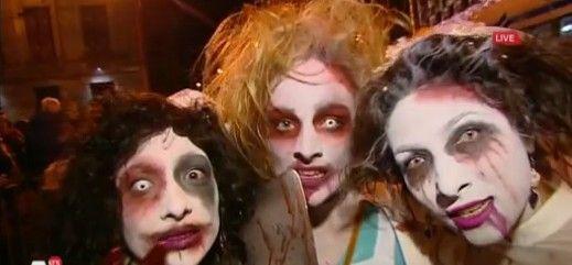 Oct. 31 2015: Halloween in Amsterdam...Vampiers, heksen, enge clowns, supermannen, zombies, monsters, demonen, bloedende bruiden, creepy dokters en mummies. Duizenden mensen lopen vanavond uitgedost mee met de Halloween-optocht door het centrum. De organisatie spreekt van de drukste editie ooit met meer dan vijfduizend deelnemers. Ook langs de kant van de optocht staan duizenden mensen te kijken.
