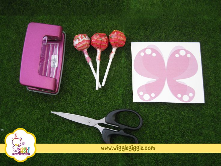 You need to prepare these things below. -Polka paper to be cut into butterfly shape (you decide the size) -Lollipop -Scissors  -Paper perforator Visit us at www.wigglegiggle.com