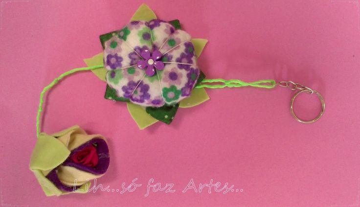 Chaveiro flor fuxico com enchimento e botão Feltro