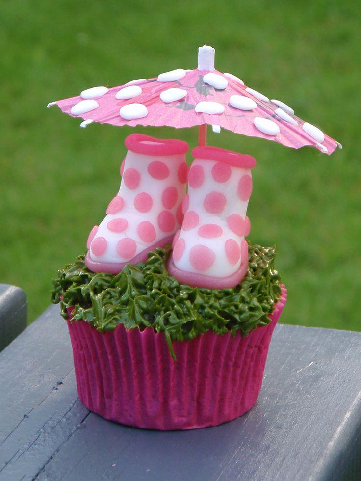Het regent, het regent ... tijd om cupcakes te bakken! Zet de regenlaarsjes klaar in het gras. Kijk voor het #recept op: http://www.oetker.nl/nl-nl/recept/r/cupcake-regenlaarzen.html